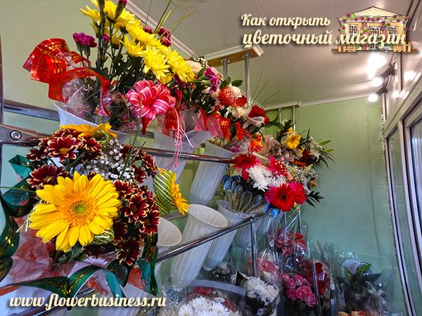 цветы на витрине магазина
